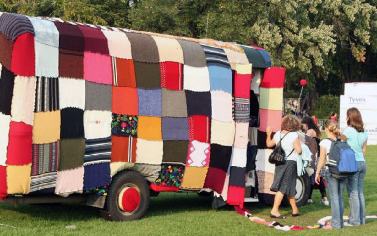 Tricot-bus, oeuvre collective dirigée par l'artiste Giorgia Volpe dans le cadre du projet Les Convertibles, exposition sur les Plaines d'Abraham, Québec, 2006