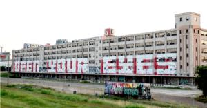 Une bâtisse avec un graffiti : Open your eyes